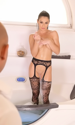 Brunette MILF Inna Innaki has delicate long feet